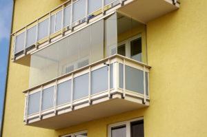 bezrámové zasklení balkonu certifikovaným systémem Optimi