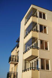 bezrámové zasklení balkonů certifikovaným systémem Optimi